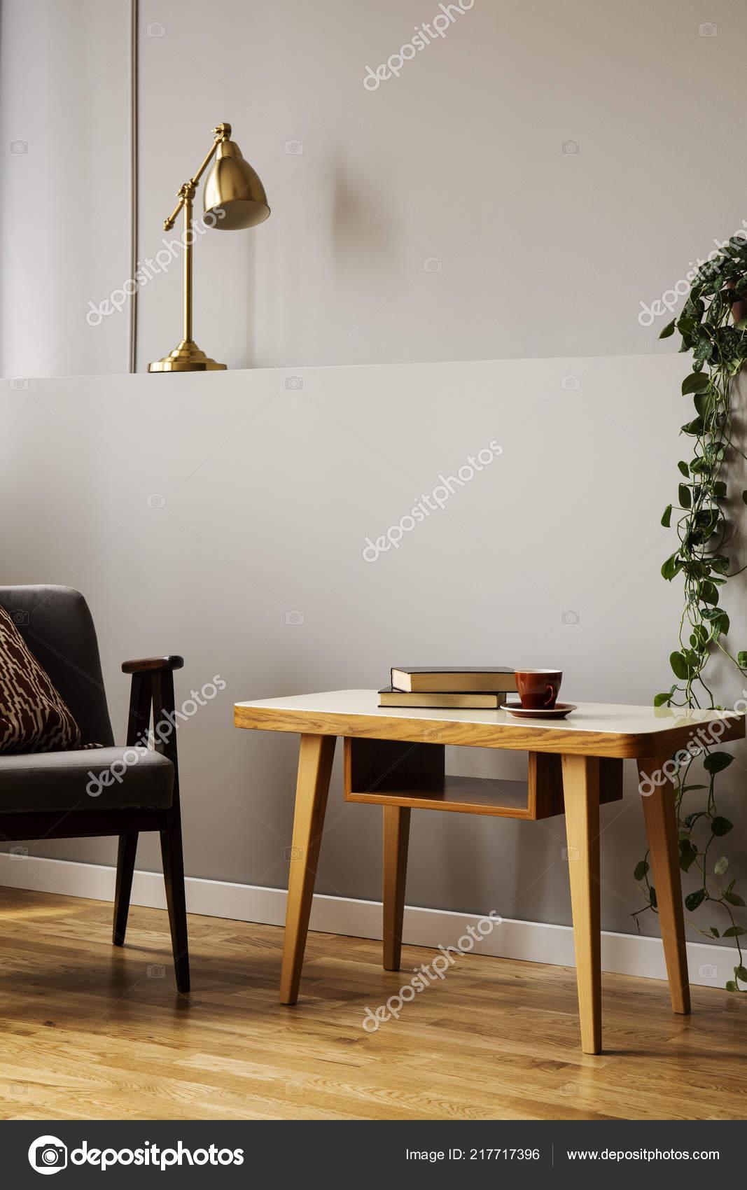 Full Size of Wohnzimmer Lampe Stehend Ikea Klein Holz Led Sessel Neben Holztisch Grauen Interieur Mit Pflanzen Vitrine Weiß Bad Lampen Esstisch Rollo Beleuchtung Teppich Wohnzimmer Wohnzimmer Lampe Stehend