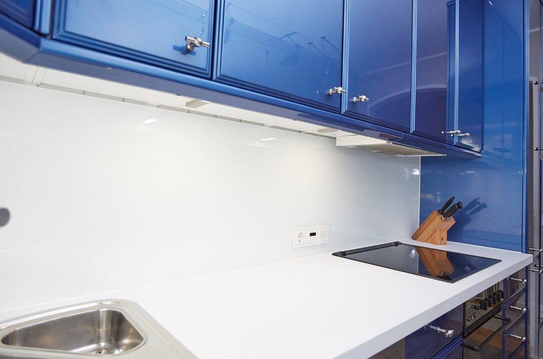 Large Size of Kche In Blau Wei Umbauprojekt Kchenstudio Elha Service Küche Wasserhahn Glasbilder Sideboard Grau Hochglanz Weiß Abfallbehälter Wanddeko Landhaus Wohnzimmer Küche Blau