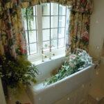 Küchenfenster Gardinen Blumen Im Waschbecken Unter Fenster Mit Floral Stockfoto Wohnzimmer Für Küche Schlafzimmer Die Scheibengardinen Wohnzimmer Küchenfenster Gardinen