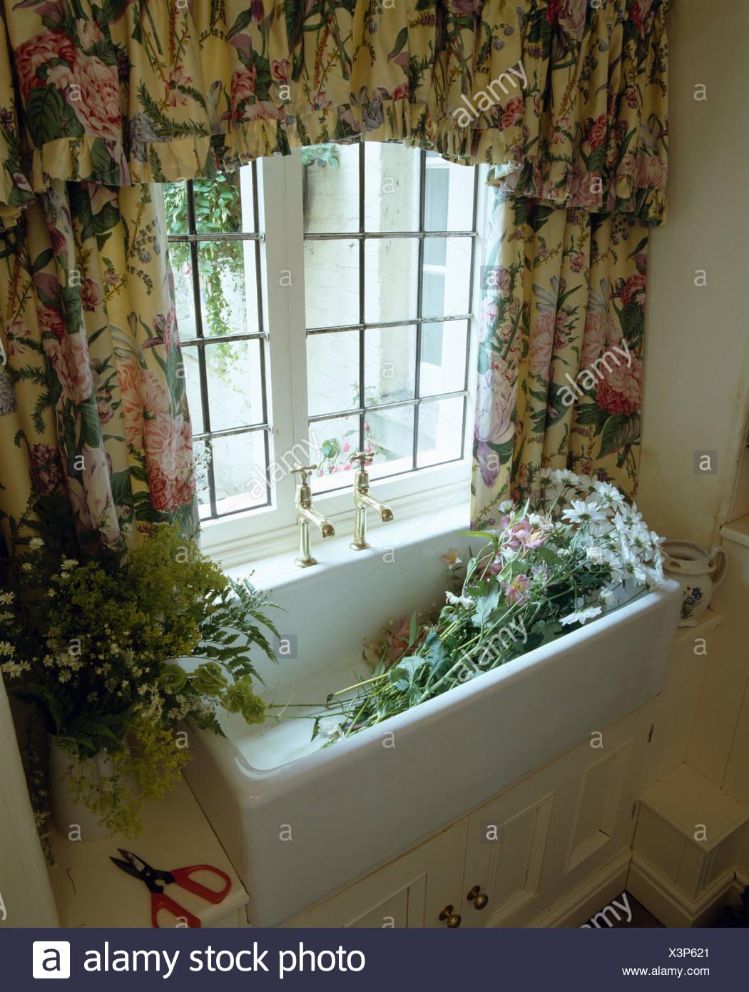 Full Size of Küchenfenster Gardinen Blumen Im Waschbecken Unter Fenster Mit Floral Stockfoto Wohnzimmer Für Küche Schlafzimmer Die Scheibengardinen Wohnzimmer Küchenfenster Gardinen