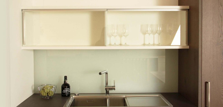 Full Size of Küchen Hängeschrank Glas Beer Kchen Manufaktur Ganz Individuell Kche Mit Glastren Bad Weiß Glasbilder Küche Esstisch Ausziehbar Glastüren Glaswand Dusche Wohnzimmer Küchen Hängeschrank Glas