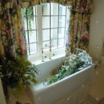 Küchenfenster Gardine Wohnzimmer Blumen Im Waschbecken Unter Fenster Mit Floral Gardinen Stockfoto Schlafzimmer Scheibengardinen Küche Für Die Wohnzimmer Gardine