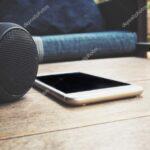 Sofa Mit Musikboxen Smartphone Und Bluetooth Lautsprecher Liegt Auf Tisch Daheim Machalke Schlaf Kleine Dusche Hocker Günstiges Höffner Big Himolla Wohnzimmer Sofa Mit Musikboxen