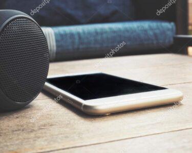 Sofa Mit Musikboxen Wohnzimmer Sofa Mit Musikboxen Smartphone Und Bluetooth Lautsprecher Liegt Auf Tisch Daheim Machalke Schlaf Kleine Dusche Hocker Günstiges Höffner Big Himolla