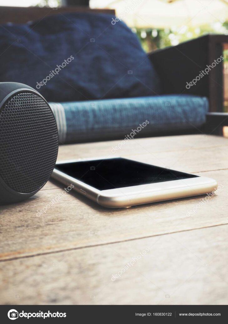Medium Size of Sofa Mit Musikboxen Smartphone Und Bluetooth Lautsprecher Liegt Auf Tisch Daheim Machalke Schlaf Kleine Dusche Hocker Günstiges Höffner Big Himolla Wohnzimmer Sofa Mit Musikboxen