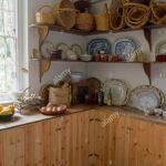 Sammlung Von Krbe Und Geschirr Auf Einfache Regale In Den Hängeschrank Küche Teppich Kaufen Mit Elektrogeräten Geräten Regal Für Dachschräge Spüle Wohnzimmer Vintage Regal Küche