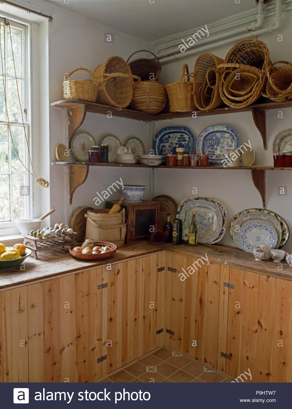 Full Size of Sammlung Von Krbe Und Geschirr Auf Einfache Regale In Den Hängeschrank Küche Teppich Kaufen Mit Elektrogeräten Geräten Regal Für Dachschräge Spüle Wohnzimmer Vintage Regal Küche