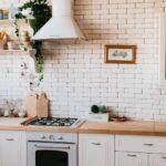 Küche Einrichten Ideen Eine Weie Kche Mit Einer Arbeitsplatte Aus Holz Zur Deckenleuchte Hängeregal Ebay Singleküche Led Panel Granitplatten Niederdruck Wohnzimmer Küche Einrichten Ideen
