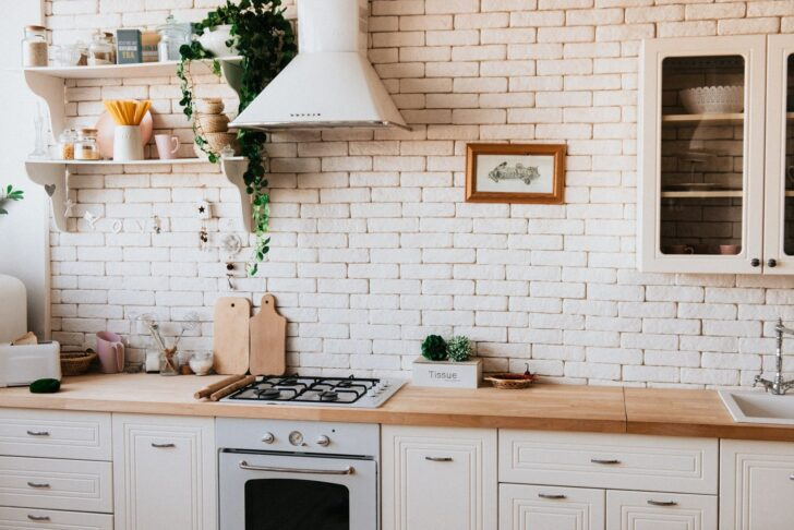 Medium Size of Küche Einrichten Ideen Eine Weie Kche Mit Einer Arbeitsplatte Aus Holz Zur Deckenleuchte Hängeregal Ebay Singleküche Led Panel Granitplatten Niederdruck Wohnzimmer Küche Einrichten Ideen
