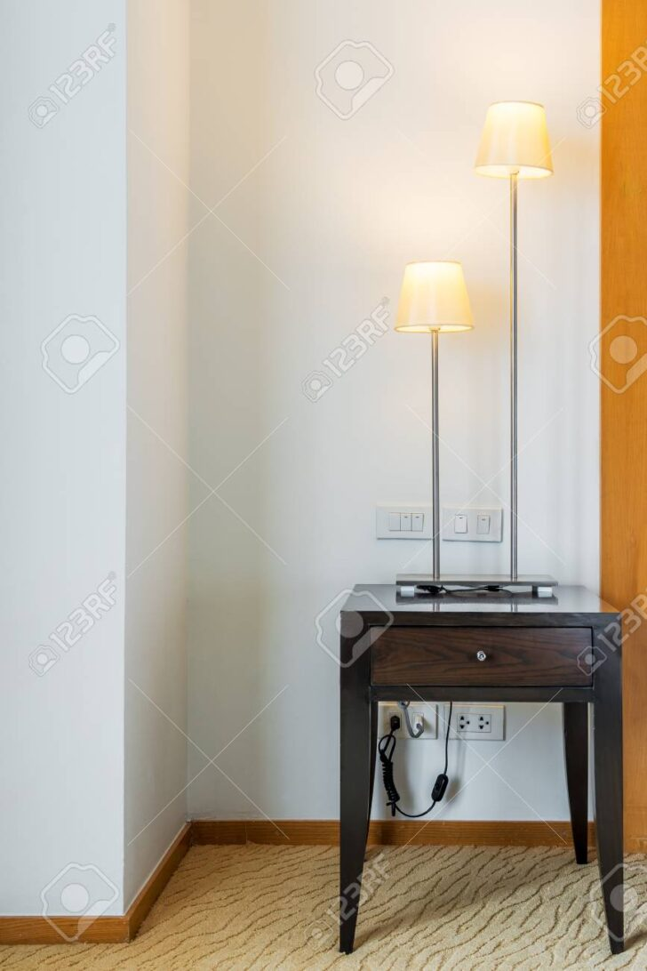 Medium Size of Stehlampe Wohnzimmer Im Lizenzfreie Fotos Xxl Esstische Landhausstil Teppich Fototapeten Gardinen Sofa Kleines Teppiche Board Wandtattoos Kamin Bett 180x200 Wohnzimmer Moderne Stehlampe Wohnzimmer