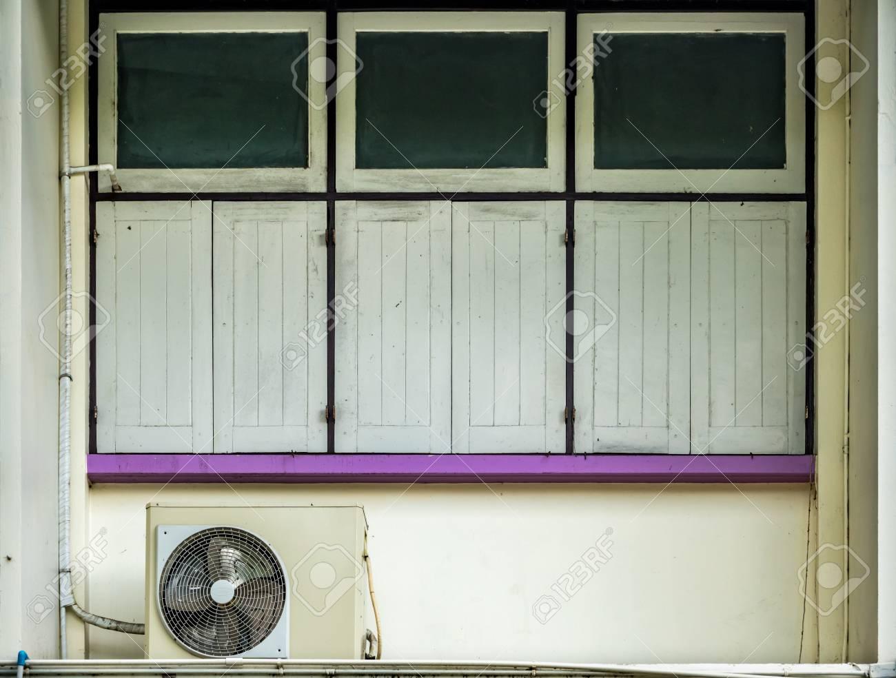 Full Size of Fenster Klimaanlage Geschlossene Auf Alten Beige Betonmauer Und Violetten Velux Preise Sonnenschutzfolie Sonnenschutz Fototapete Sicherheitsfolie Wohnzimmer Fenster Klimaanlage