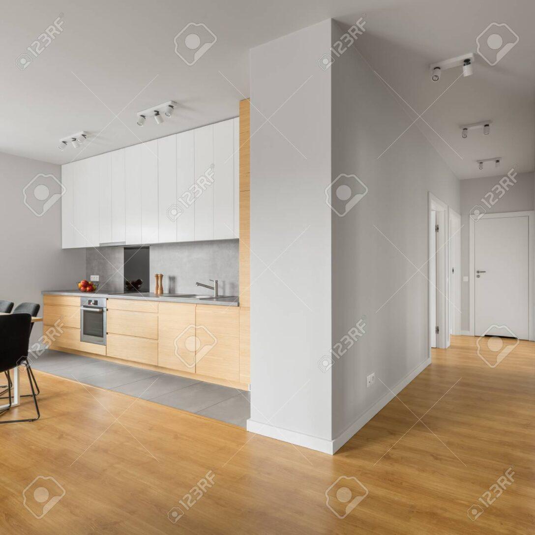 Large Size of Weie Loft Wohnung Mit Kche Wandbelag Küche Pantryküche Kühlschrank Einbauküche Gebraucht Modulküche Ikea Ohne Elektrogeräte Grau Hochglanz Wohnzimmer Deckenleuchte Für Küche