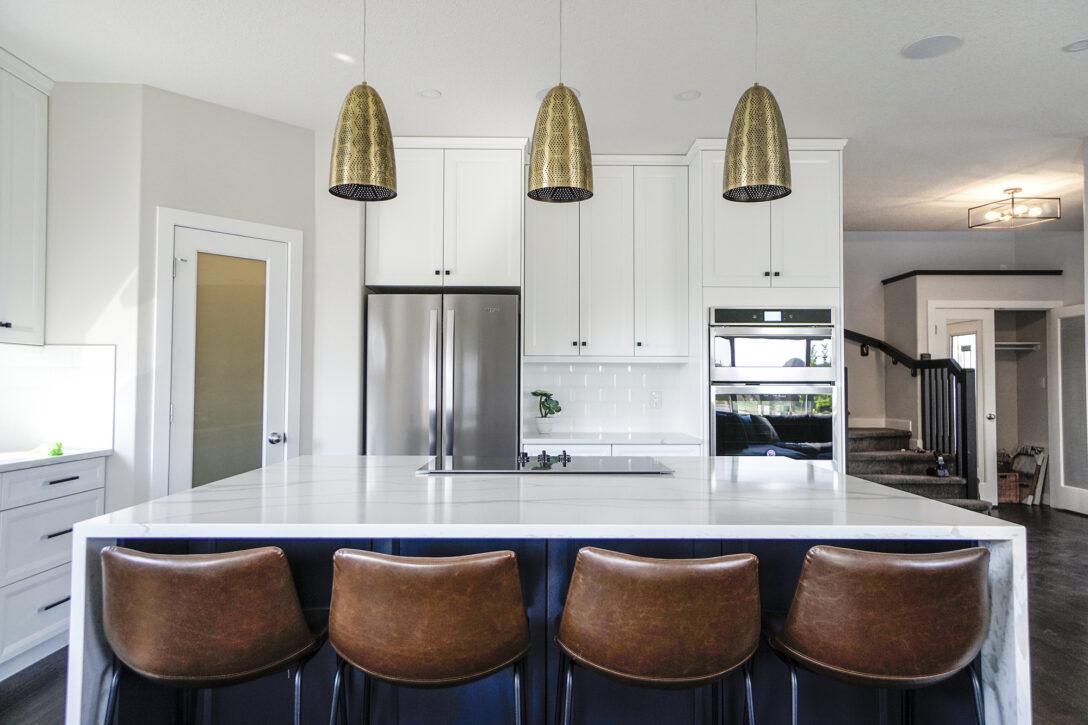 Large Size of Kche Wohnidee Groe Helle Im Amerikanischen Stil Mit Hängeregal Küche Wohnzimmer Hängeregal Kücheninsel