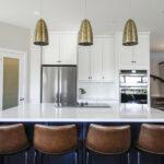 Kche Wohnidee Groe Helle Im Amerikanischen Stil Mit Hängeregal Küche Wohnzimmer Hängeregal Kücheninsel
