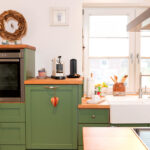 Landhausküche Grün Kche Im Landhausstil Kernbuche Und Lrche Farbig Kombiniert Weiß Regal Küche Mintgrün Gebraucht Sofa Moderne Grünes Grau Weisse Wohnzimmer Landhausküche Grün