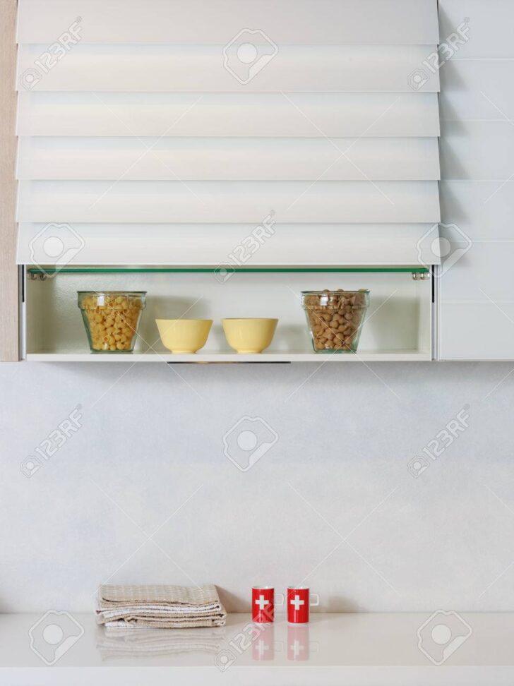 Medium Size of Regal Küche Arbeitsplatte Lebensmittelzutaten Auf Einem Kche Büroküche Holzregal Hochglanz Grau L Form Aus Weinkisten Wandfliesen Eckschrank Wasserhähne Wohnzimmer Regal Küche Arbeitsplatte