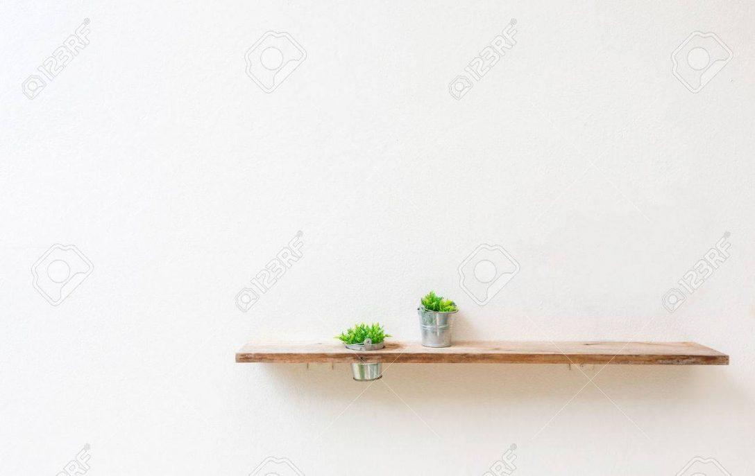 Large Size of Holzregal Wand Auf Weie Mit Grnen Pflanze Lizenzfreie Fotos Trennwand Garten Regal Wandtattoos Sprüche Küche Nischenrückwand Ohne Rückwand Wandtattoo Wohnzimmer Holzregal Wand