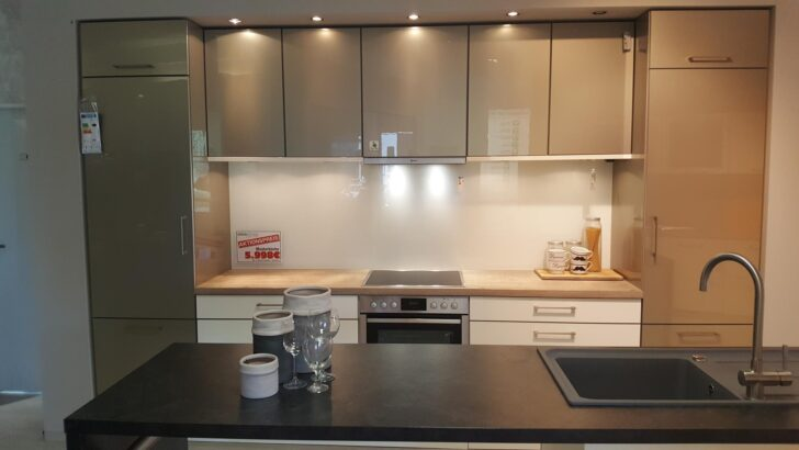 Medium Size of Freistehende Küchen Musterkchen Moderne Kche Mit Freistehender Inselzeile Modell Küche Regal Wohnzimmer Freistehende Küchen