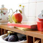 Offenes Regal In Kche Mit Geschirr Und Einem Obst Lizenzfreie Modulküche Holz Küche Eiche Hell Abfalleimer Meta Regale Weiß Elektrogeräten Massivholz Schuh Wohnzimmer Offenes Regal Küche