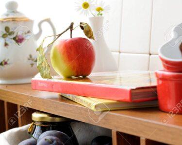 Offenes Regal Küche Wohnzimmer Offenes Regal In Kche Mit Geschirr Und Einem Obst Lizenzfreie Modulküche Holz Küche Eiche Hell Abfalleimer Meta Regale Weiß Elektrogeräten Massivholz Schuh