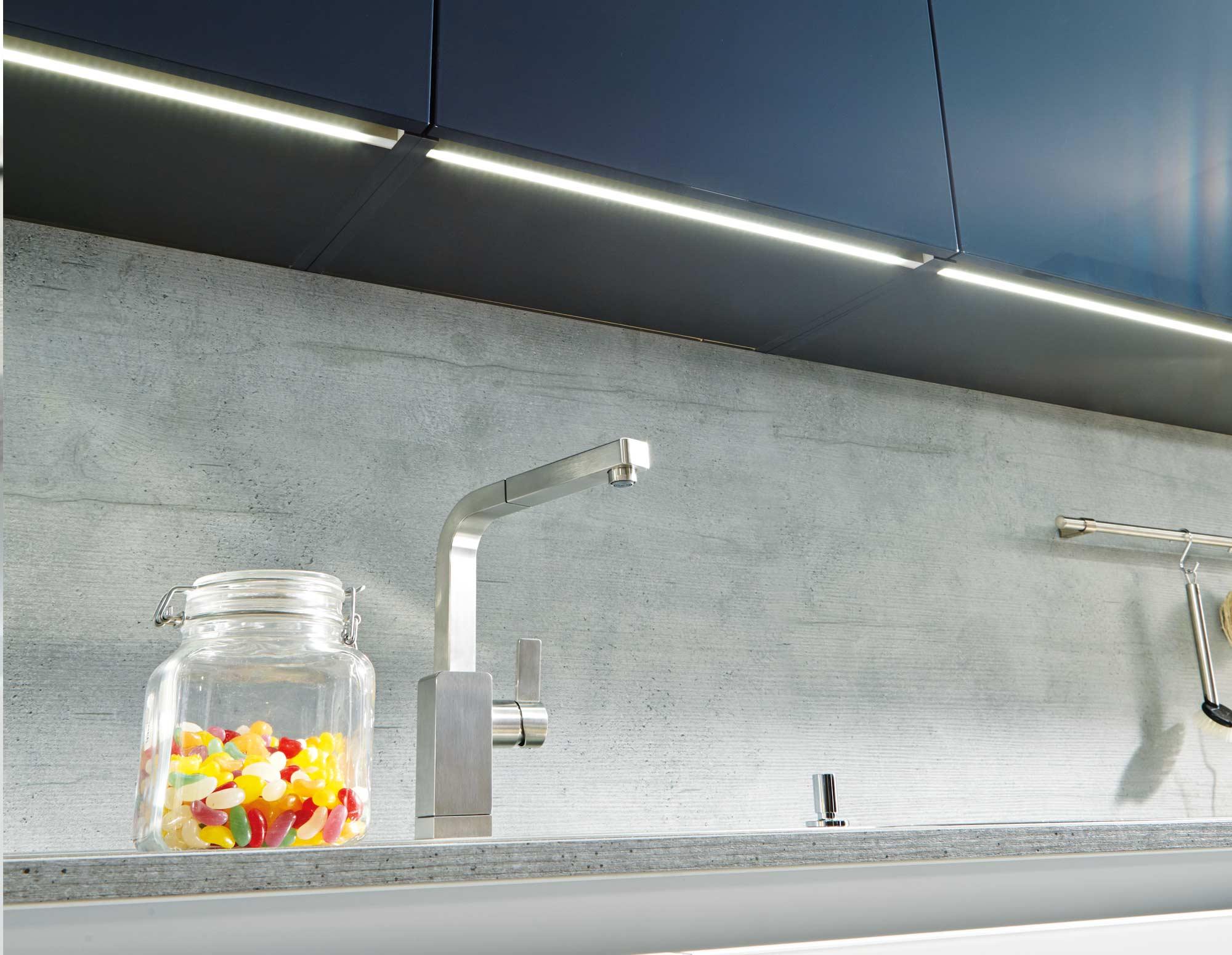 Full Size of Küchen Hängeschrank Glas Schller Wohnkche Glasline Wei Im Schlichten Design Jetzt Glastrennwand Dusche Glaswand Badezimmer Küche Wandpaneel Glastüren Wohnzimmer Küchen Hängeschrank Glas