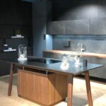 Freistehende Küchen Kcheninsel Mal Anders Der Kochtisch Beherbergt Das Regal Küche Wohnzimmer Freistehende Küchen