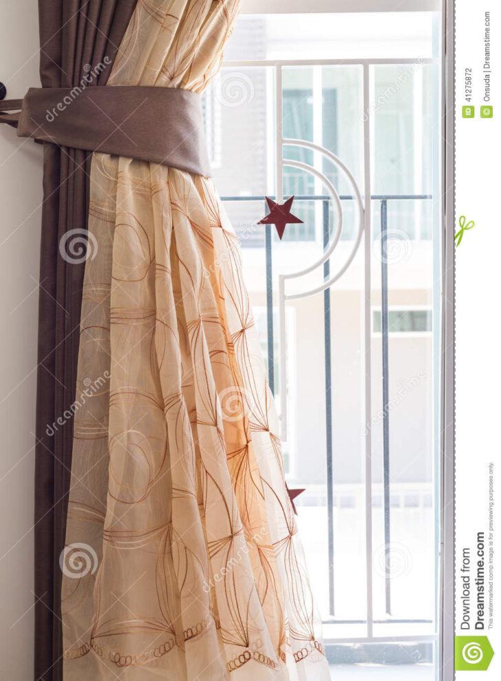 Medium Size of Vorhang Und Gebogener Stahl Stockfoto Bild Von Wohnzimmer Bad Küche Wohnzimmer Vorhang Terrassentür