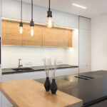 Küche Weiss Modern Wohnzimmer Küche Weiss Modern Wandverkleidung Einbauküche Mit E Geräten Pendeltür Insel Landhausküche Gebraucht Hängeschränke Edelstahlküche Teppich Deckenleuchte