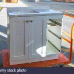Ein Weier Schrank Mit Den Entfernten Schubladen Sitzt Auf Einem Fenster Eingebauten Rolladen Esstisch 4 Stühlen Günstig Bank Bett Stauraum 160x200 Betten Wohnzimmer Rollwagen Mit Schubladen