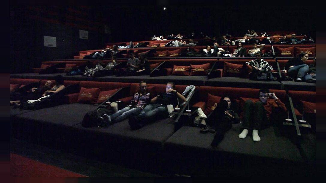 Large Size of Kino Mit Betten Horizontales Filmvergngen Im Bett Euronews Sofa Holzfüßen Hülsta Bettkasten 140x200 Schramm Küche U Form Theke Regal Schreibtisch Wohnzimmer Kino Mit Betten