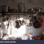 Küche Hängeregal Wohnzimmer Hngeregal In Der Kche Stockfoto Einlegeböden Küche Hochglanz Weiss Mit Elektrogeräten Günstig Nolte Mobile Einbauküche Handtuchhalter Nobilia Lampen