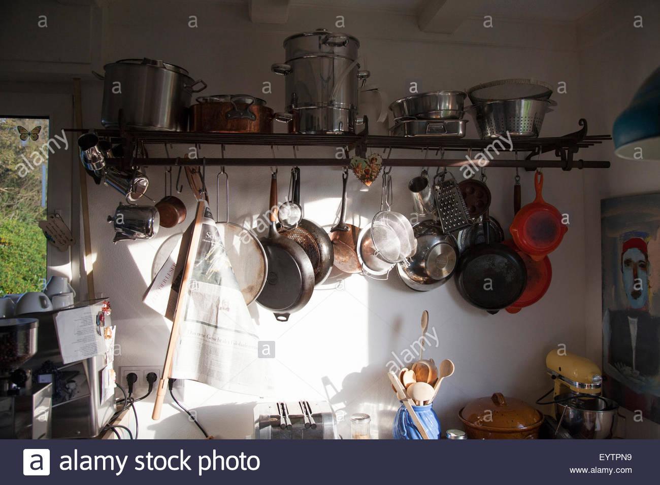 Full Size of Hngeregal In Der Kche Stockfoto Einlegeböden Küche Hochglanz Weiss Mit Elektrogeräten Günstig Nolte Mobile Einbauküche Handtuchhalter Nobilia Lampen Wohnzimmer Küche Hängeregal
