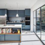 Einfach Mal Blau Machen In Der Kche Kchendesignmagazin Holzküche Massivholzküche Vollholzküche Wohnzimmer Holzküche Auffrischen
