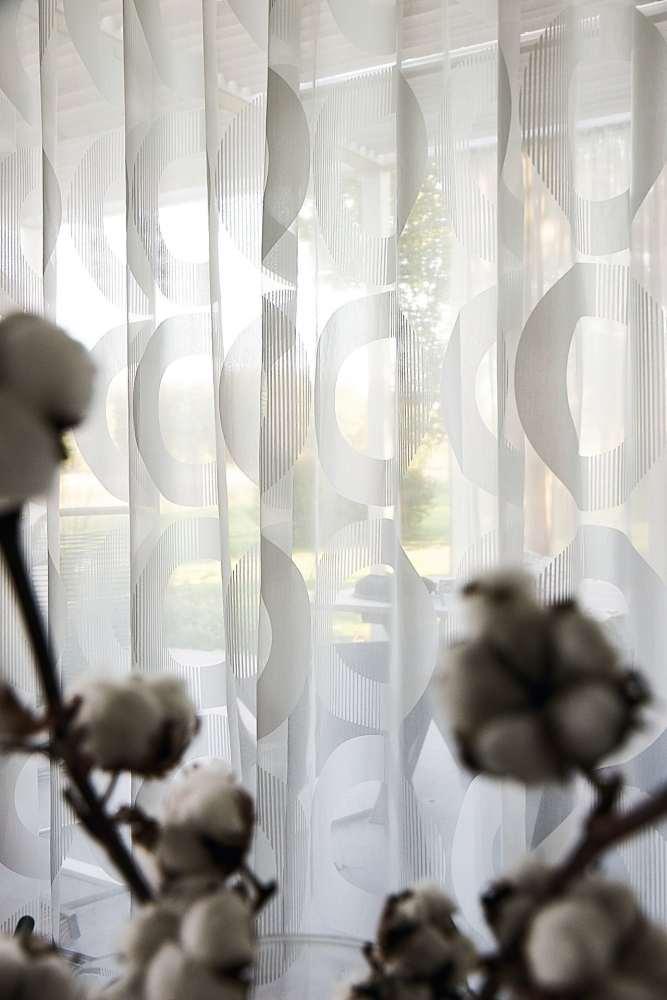 Full Size of Vorhang Linnea Modernes Muster Halbtransparent Auf Ma Wohnzimmer Deckenlampen Tischlampe Pendelleuchte Deko Board Gardinen Küche Gardine Komplett Für Tisch Wohnzimmer Edle Gardinen Wohnzimmer