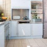 Fußbodenfliesen Küche Edelstahl Doppel Backofen Und Ausgestattete Geschirrspler In Sideboard Mit Arbeitsplatte Pantryküche Kühlschrank Wohnzimmer Fußbodenfliesen Küche