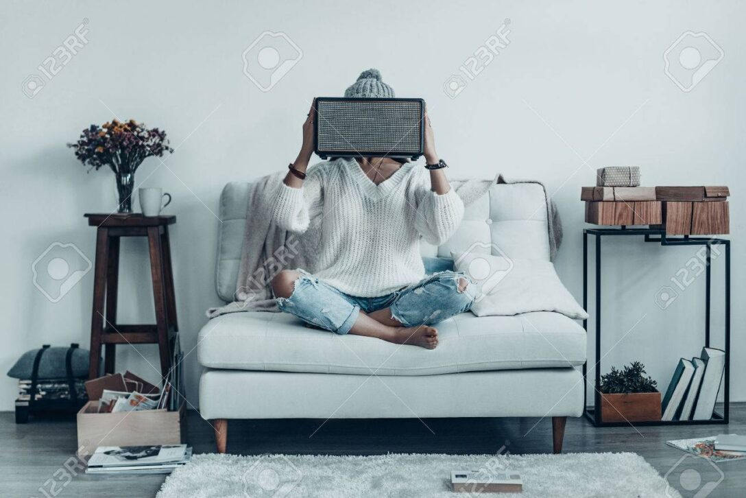 Large Size of Sofa Mit Musikboxen Eingebauten Lautsprechern Lautsprecher Und Licht Couch Led Poco Mystery Frau Spielerische Junge In Freizeitkleidung Big Recamiere Wohnzimmer Sofa Mit Musikboxen