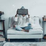 Sofa Mit Musikboxen Eingebauten Lautsprechern Lautsprecher Und Licht Couch Led Poco Mystery Frau Spielerische Junge In Freizeitkleidung Big Recamiere Wohnzimmer Sofa Mit Musikboxen