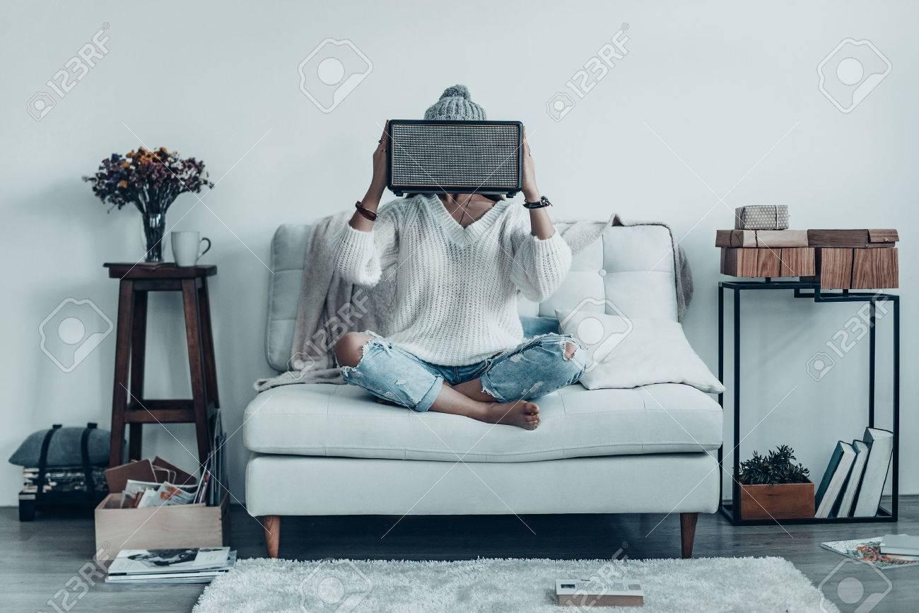 Full Size of Sofa Mit Musikboxen Eingebauten Lautsprechern Lautsprecher Und Licht Couch Led Poco Mystery Frau Spielerische Junge In Freizeitkleidung Big Recamiere Wohnzimmer Sofa Mit Musikboxen