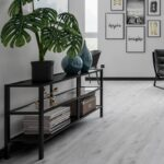 Lebhafter Klick Vinyl Boden In Weier Eichenoptik Schaut Noch Wanduhr Küche Holz Weiß Sideboard Einrichten Modulare Deckenlampe Ausstellungsküche Wasserhahn Wohnzimmer Vinylboden Küche Grau