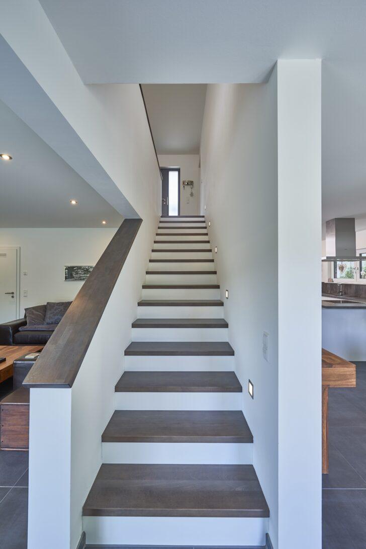 Aufgesattelte Wangentreppe Mit Setzstufen Gerade 2020 Treppe Bauhaus Fenster Wohnzimmer Eichenbalken Bauhaus