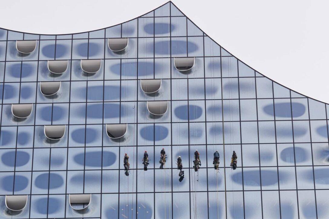 Large Size of Teleskopstange Fenster Putzen Elbphilharmonie Einmal Fensterputzen Kostet 52000 Euro Herne Rollos Für Türen Rolladen Nachträglich Einbauen Internorm Preise Wohnzimmer Teleskopstange Fenster Putzen