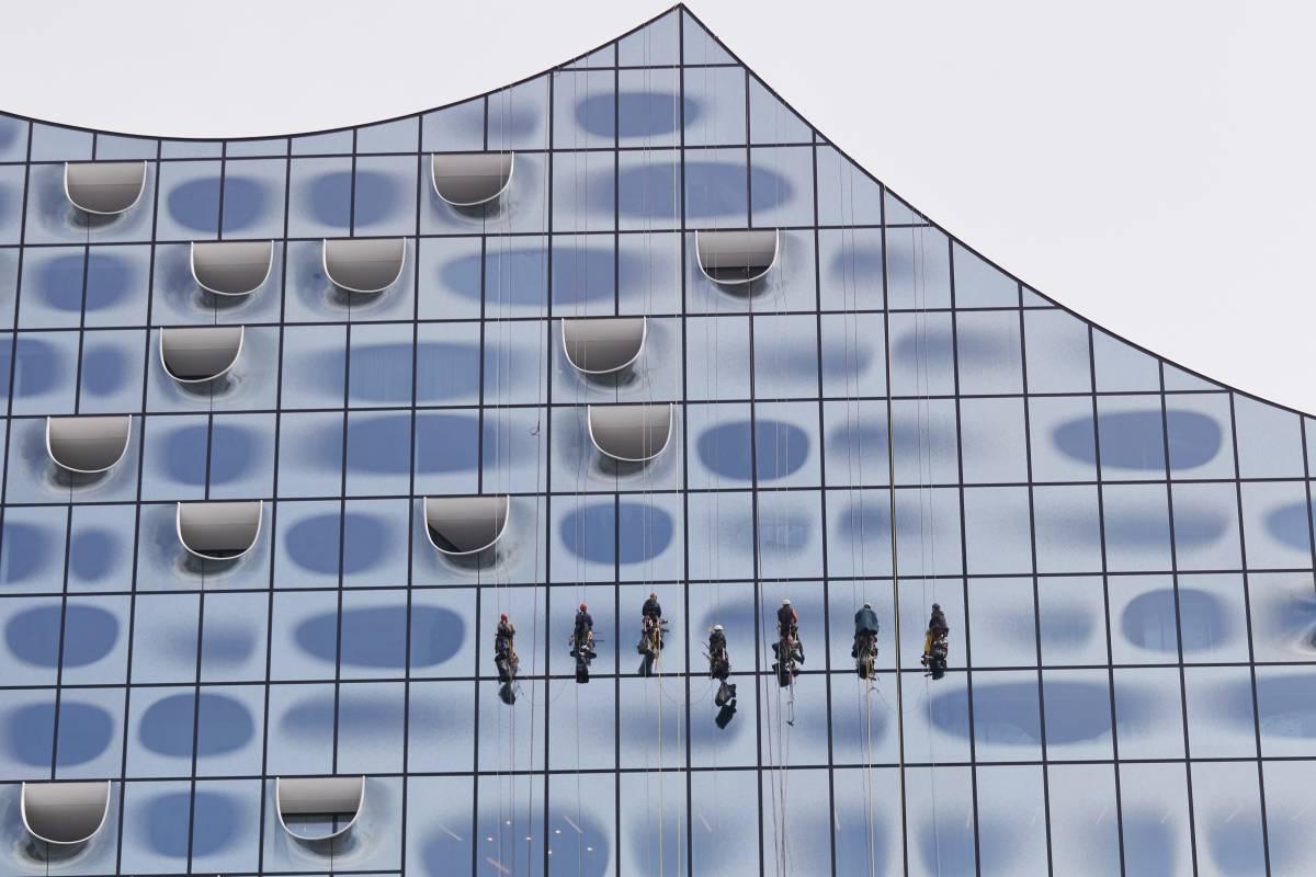 Full Size of Teleskopstange Fenster Putzen Elbphilharmonie Einmal Fensterputzen Kostet 52000 Euro Herne Rollos Für Türen Rolladen Nachträglich Einbauen Internorm Preise Wohnzimmer Teleskopstange Fenster Putzen