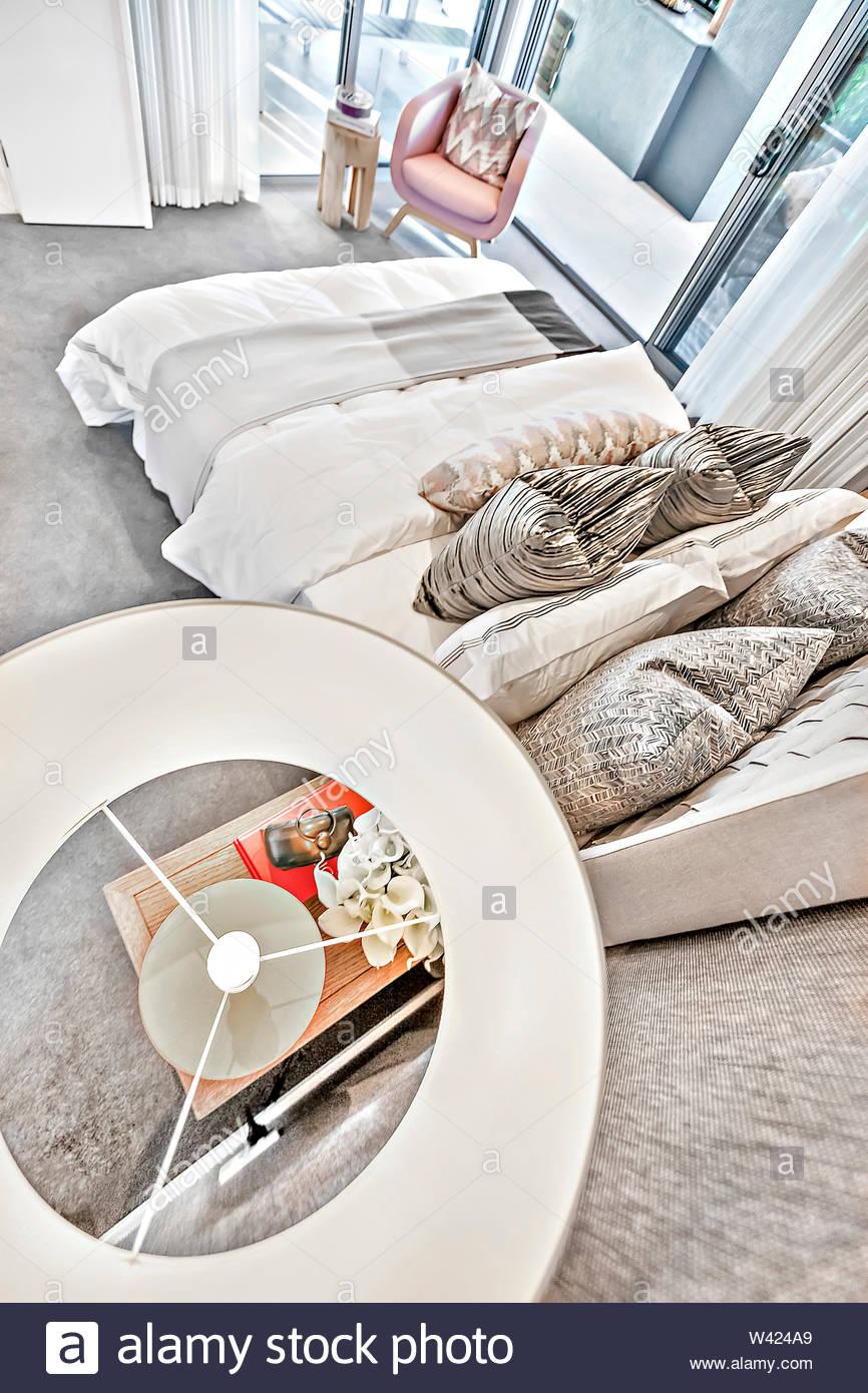 Full Size of Modernes Schlafzimmer Hohen Winkel Blick Von Oberhalb Der Lampe Schrank Nolte Gardinen Für Die Küche Lampen Kommode Weiß Stehlampen Wohnzimmer Komplett Wohnzimmer Lampe Für Schlafzimmer
