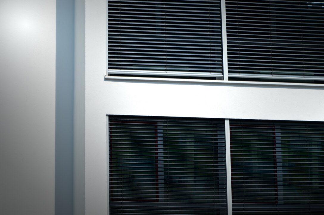 Large Size of Fenster Jalousien Innen Fensterrahmen Rollo Ersatzteile Ohne Bohren Elektrisch Montageanleitung Montieren Obi Bauhaus Bodentiefe Sonnenschutzfolie Rc 2 Folie 3 Wohnzimmer Fenster Jalousien Innen Fensterrahmen