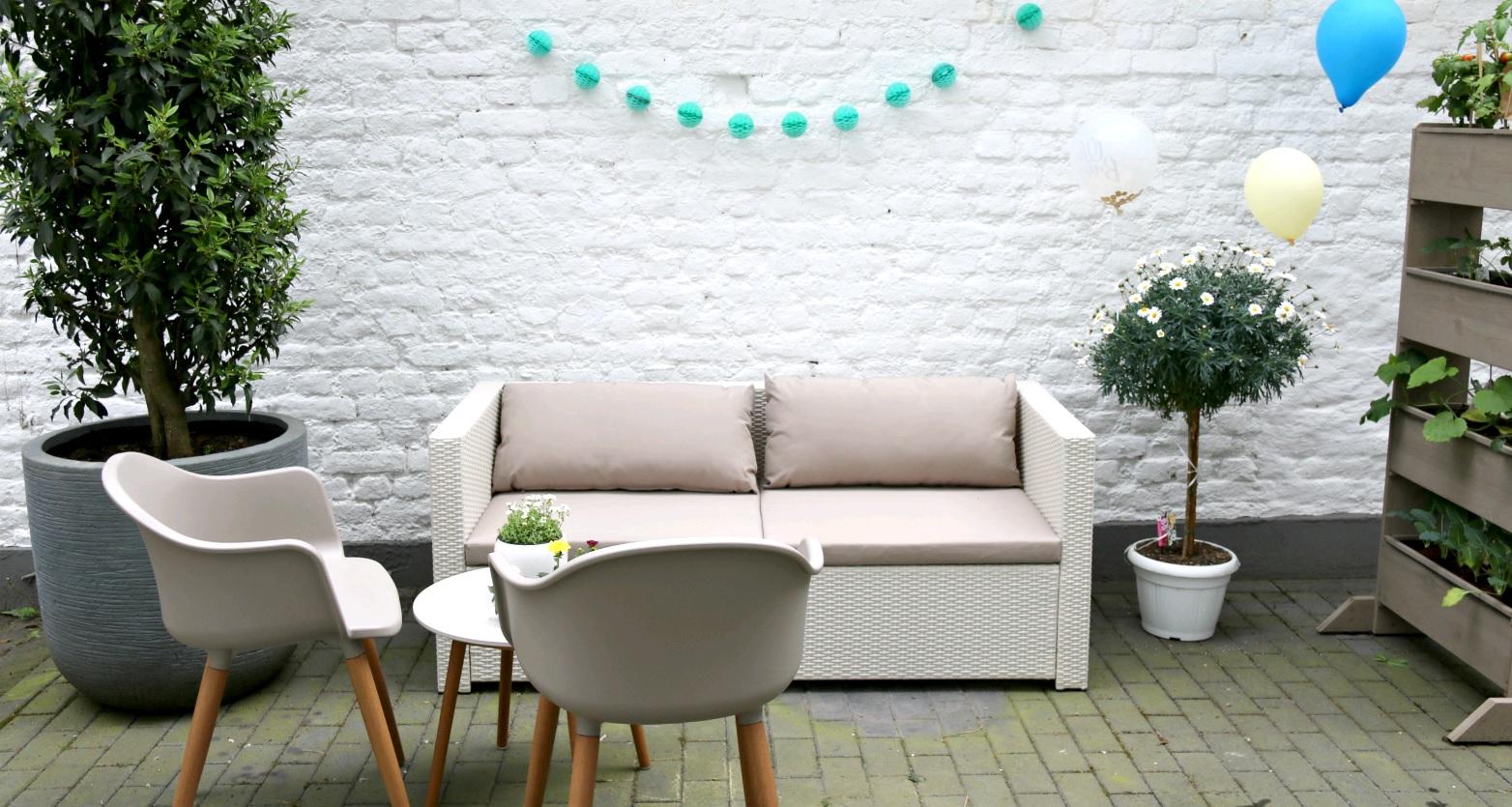 Full Size of Eine Gemtliche Gartenlounge Im Hof Zum Wohlfhlen Und Entspannen Wohnzimmer Gartensofa Tchibo