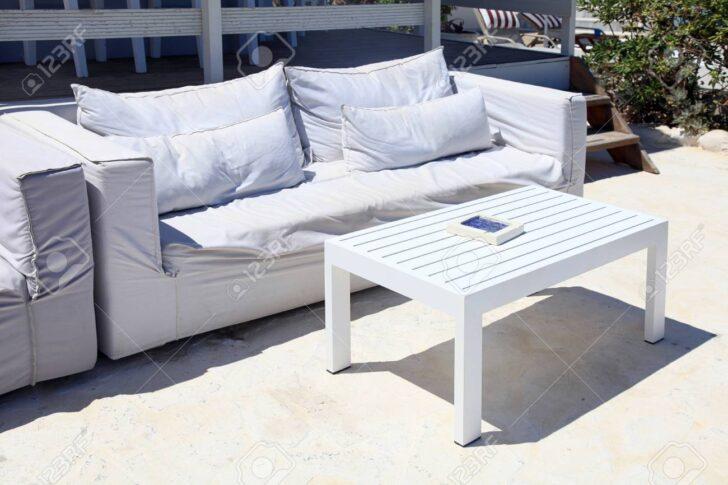 Medium Size of Terrasse Wohnzimmer Mit Weien Sofa In Einem Sommerferienort Wohnzimmer Couch Terrasse