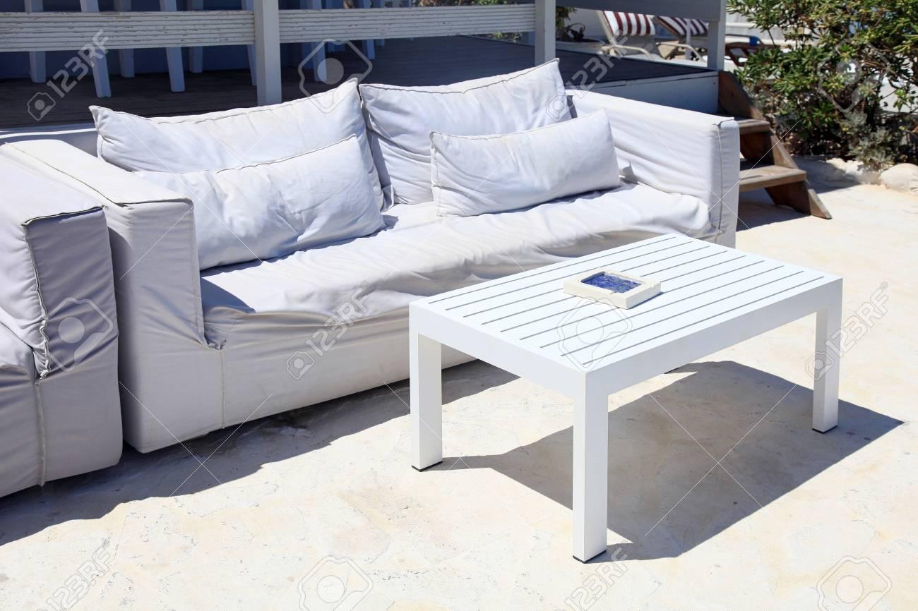Full Size of Terrasse Wohnzimmer Mit Weien Sofa In Einem Sommerferienort Wohnzimmer Couch Terrasse