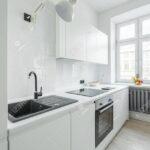 Weie Kche Mit Sple Kleiner Tisch Küche Landküche Singleküche Kühlschrank Mini Einbauküche Gebraucht Lüftungsgitter Buche Hängeschränke Fenster Schüco Wohnzimmer Küche Fenster