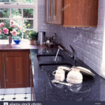 Granit Arbeitsplatte Wohnzimmer Granit Arbeitsplatte Wei Geflieste Kche Mit Und Mahagoni Küche Sideboard Granitplatten Arbeitsplatten