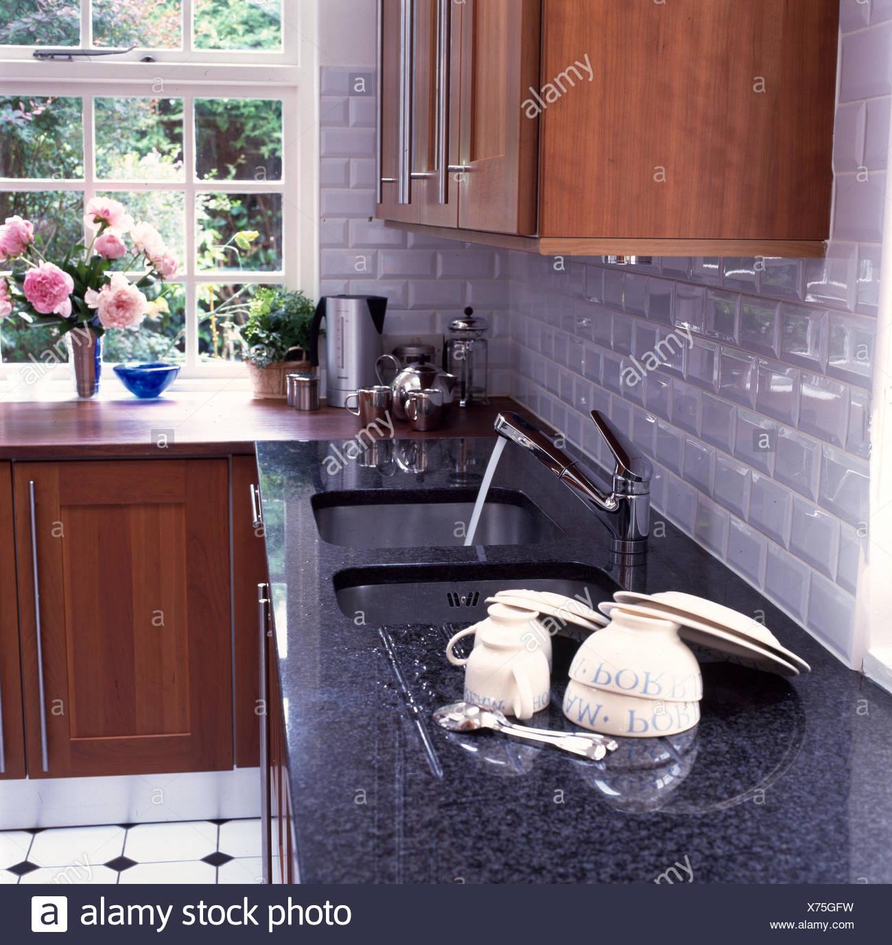 Full Size of Granit Arbeitsplatte Wei Geflieste Kche Mit Und Mahagoni Küche Sideboard Granitplatten Arbeitsplatten Wohnzimmer Granit Arbeitsplatte